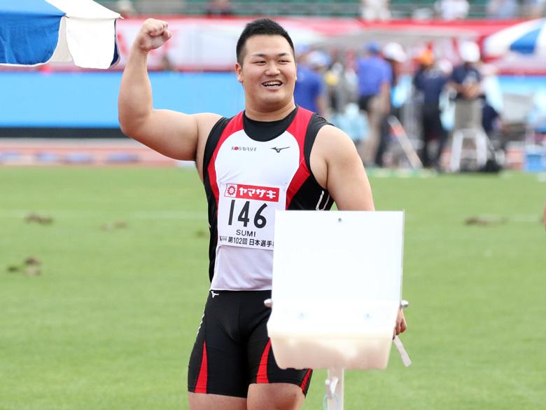 男子ハンマー投げで優勝したすみ くにひろ選手の写真。日本陸上競技連盟より写真提供。